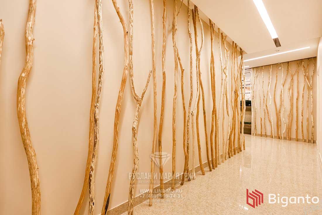 Стволы деревьев в отделке интерьера клиники китайской медицины