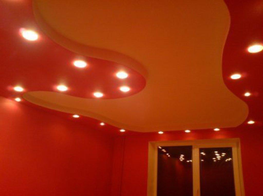 Дизайн потолка с подсветками